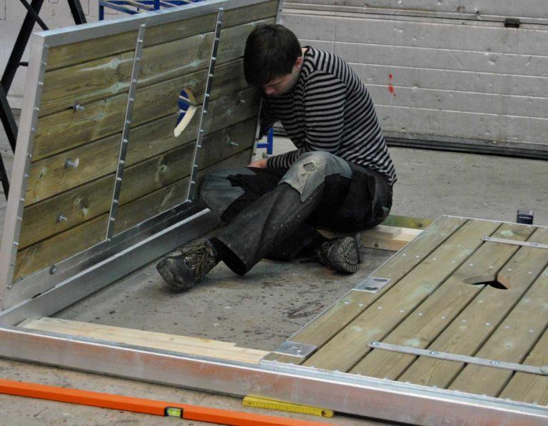 Træ værksted bygger en havelåge